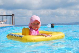 niña_piscina
