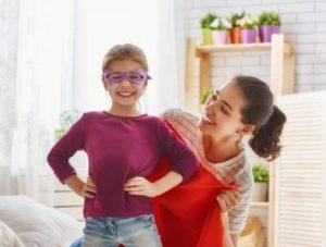 58370874-la-familia-feliz-se-está-preparando-para-una-fiesta-de-disfraces-la-madre-y-su-niña-niño-jugando-juntos-much